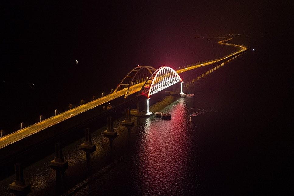 Первый поезд на Крымском мосту