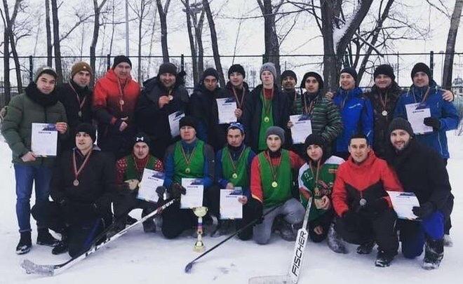Артисты татарской эстрады играют в хоккей в валенках