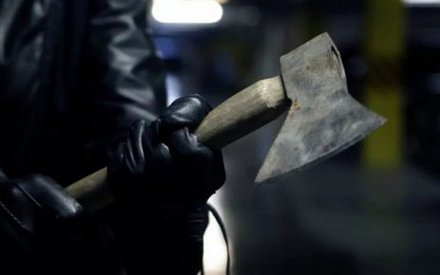 В Набережных Челнах мужчина нанес женщине удар топором