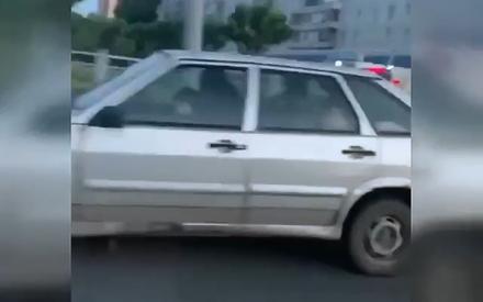 В Казани мужчина посадил годовалого ребенка за руль автомобиля