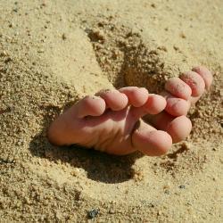 Дети закопали в песок брата и убили